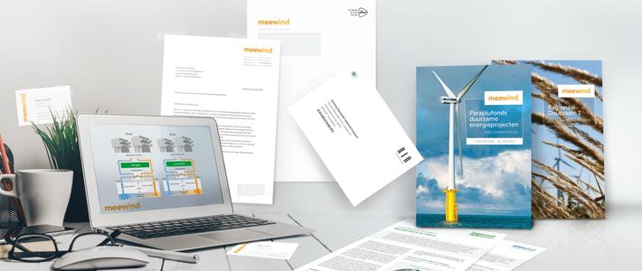 Bureau met huisstijl onderdelen, computer met infographics en brochures