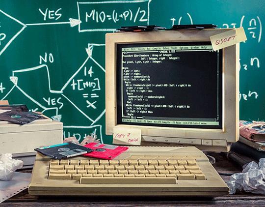 Een heel oud computer beeldscherm met code erop