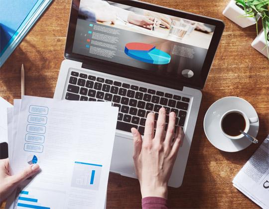 Analyse van een website met grafieken op de laptop