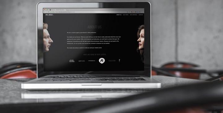 Bureau met laptop en over ons pagina op de website